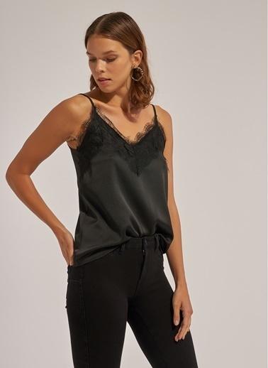 Monamoda Dantelli Saten Askılı Bluz Siyah